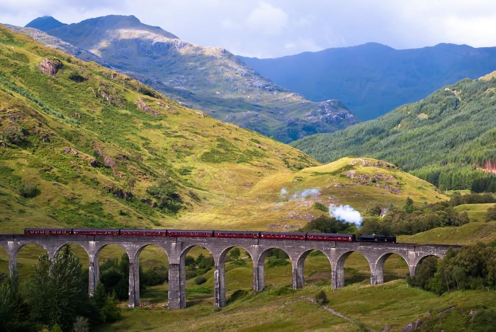 Le Poudlard Express dans le Viaduc de Glenfinnan en Ecosse