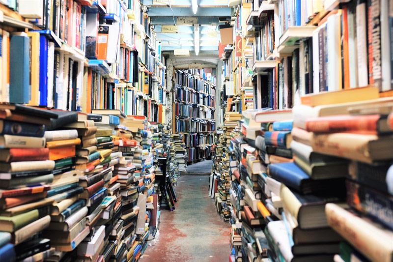 Rangement de livres avec la méthode Tsundoku : livres empilés les uns sur les autres